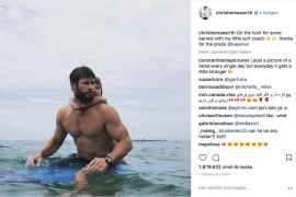 Acteur Chris Hemsworth die zijn dochter surfles geeft is #dadgoals